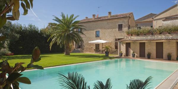 Casa storica con piscina nel castello di candelara pesaro for Piani casa di lusso 2015